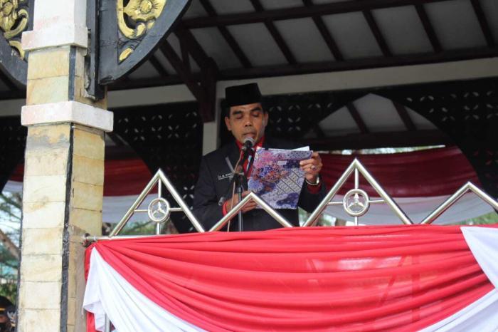 Kakan Kemenag Sarolangun H.M.Syatar memimpin doa pada upacara bendera dalam rangka memperingati Hari Kemerdekaan RI ke- 76.